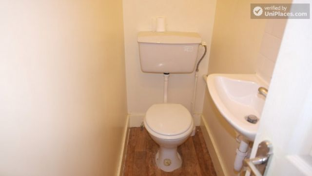 Single Bedroom (Room A) - Spacious 5-bedroom house with a garden, near Woodgrange Park 3 Image