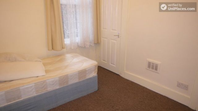 Single Bedroom (Room A) - Spacious 5-bedroom house with a garden, near Woodgrange Park 4 Image
