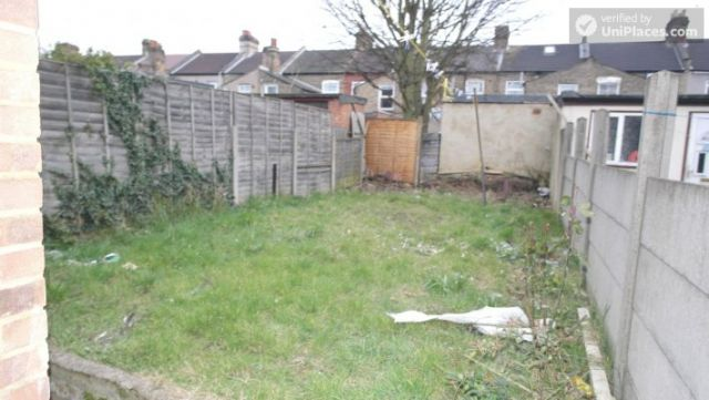 Single Bedroom (Room A) - Spacious 5-bedroom house with a garden, near Woodgrange Park 7 Image