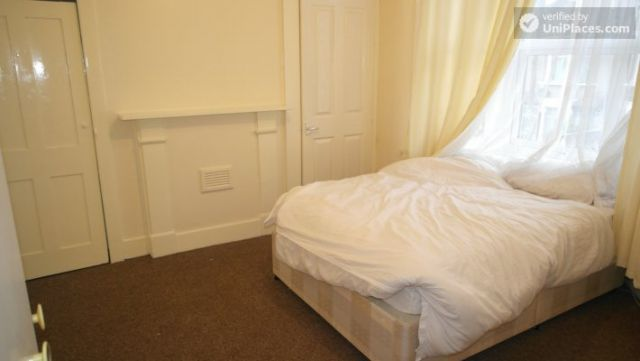 Single Bedroom (Room A) - Spacious 5-bedroom house with a garden, near Woodgrange Park 8 Image