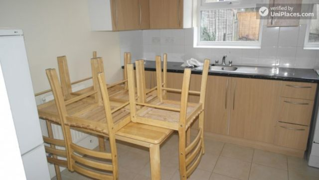 Single Bedroom (Room A) - Spacious 5-bedroom house with a garden, near Woodgrange Park 12 Image