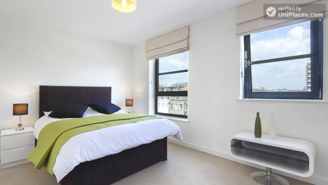 Double Ensuite Bedroom (Room 1) - Modern 3-bedroom apartment in new building in Limehouse 5 Image