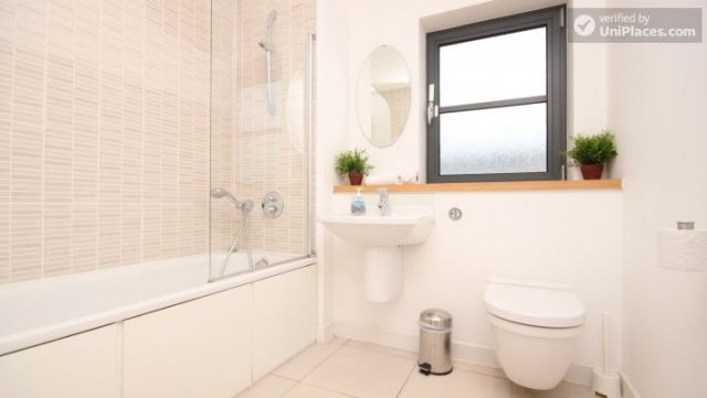 Double Ensuite Bedroom (Room 1) - Modern 3-bedroom apartment in new building in Limehouse 9 Image