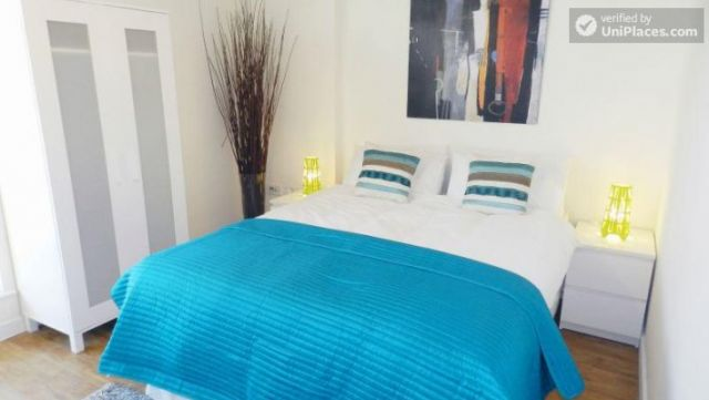 Double Ensuite Bedroom (Room 1) - Modern 3-bedroom apartment in new building in Limehouse 8 Image