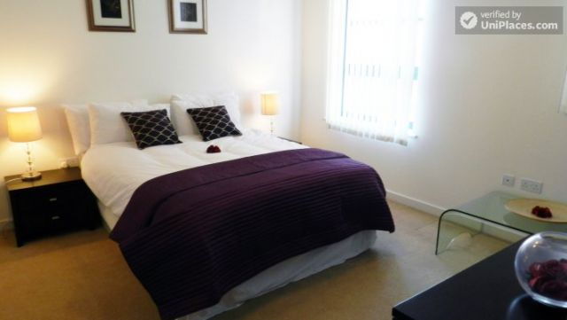 Double Ensuite Bedroom (Room 1) - Modern 3-bedroom apartment in new building in Limehouse 7 Image