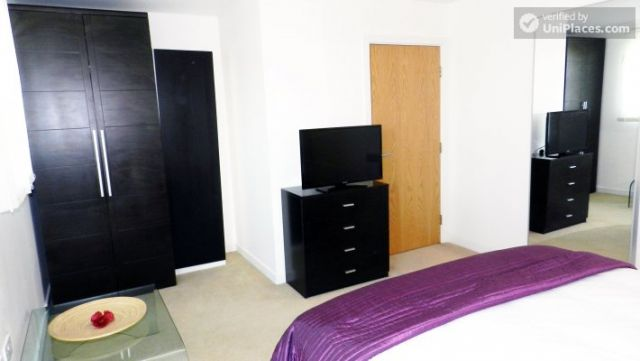 Double Ensuite Bedroom (Room 1) - Modern 3-bedroom apartment in new building in Limehouse 12 Image