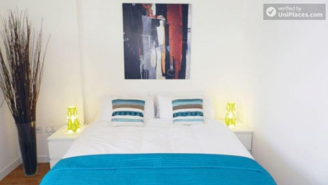 Double Ensuite Bedroom (Room 1) - Modern 3-bedroom apartment in new building in Limehouse 6 Image