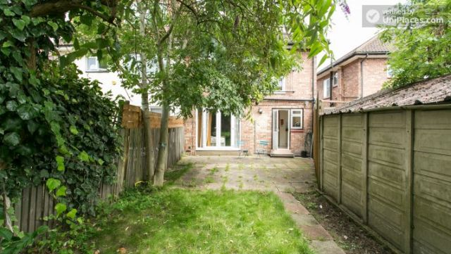 Twin Bedroom (Room 2) - Homely 6-bedroom house in suburban Acton 4 Image