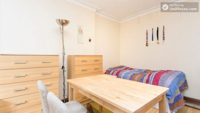 Twin Bedroom (Room 2) - Homely 6-bedroom house in suburban Acton 9 Image