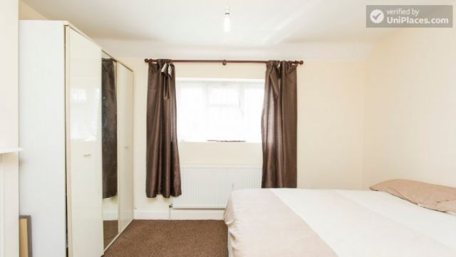Double Bedroom (Room 5) - 5-Bedroom house with garden near White City 4 Image