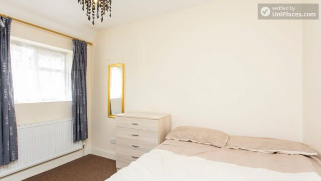 Double Bedroom (Room 5) - 5-Bedroom house with garden near White City 11 Image