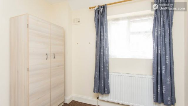 Double Bedroom (Room 5) - 5-Bedroom house with garden near White City 9 Image