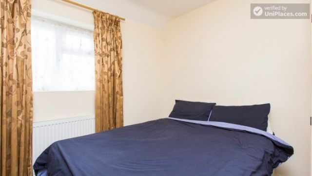 Double Bedroom (Room 5) - 5-Bedroom house with garden near White City 12 Image