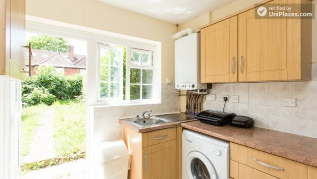 Double Bedroom (Room 5) - 5-Bedroom house with garden near White City 10 Image