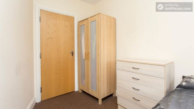 Double Bedroom (Room 5) - 5-Bedroom house with garden near White City 7 Image