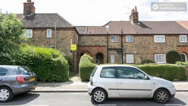 Double Bedroom (Room 5) - 5-Bedroom house with garden near White City 6 Image