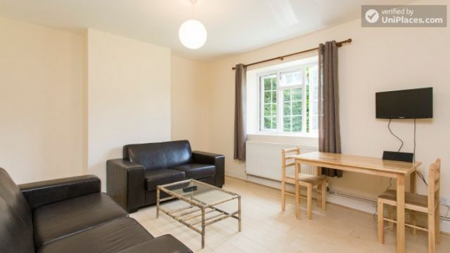 Rooms available - 5-Bedroom house with garden near White City 8 Image