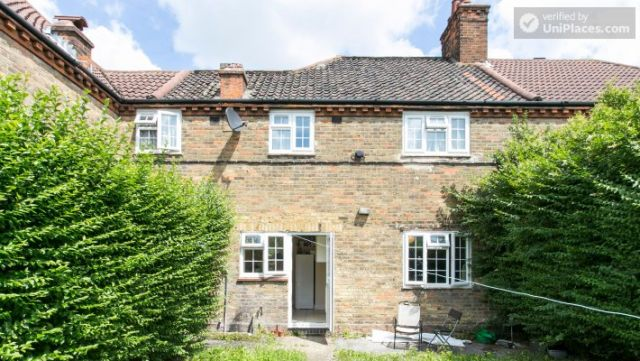 Rooms available - 5-Bedroom house with garden near White City 10 Image