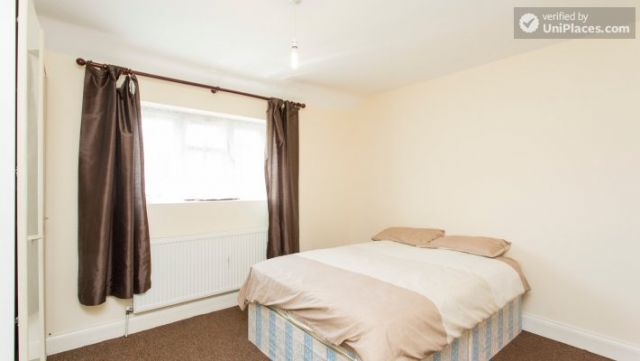 Rooms available - 5-Bedroom house with garden near White City 5 Image