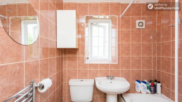 Rooms available - 5-Bedroom house with garden near White City 6 Image