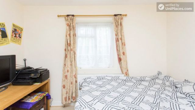 Rooms available - 5-Bedroom house with garden near White City 7 Image