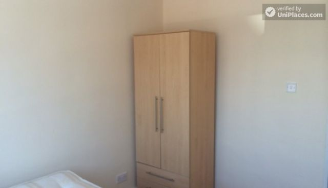 Double Bedroom (Room D) - 5-Bedroom house located right next to Weavers Fields park in Bethnall Green 12 Image