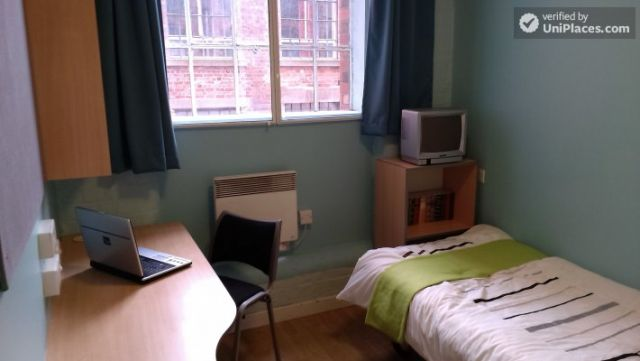 Large Single Ensuite Bedroom - Fantastic student residence in the city of Nottingham 12 Image