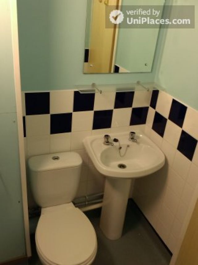 Large Single Ensuite Bedroom - Fantastic student residence in the city of Nottingham 4 Image