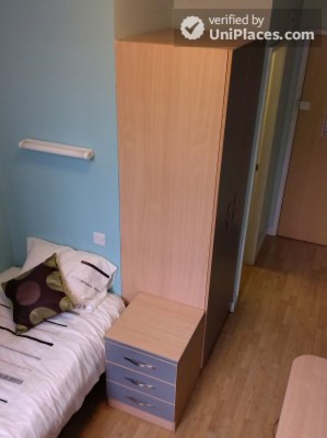 Large Single Ensuite Bedroom - Fantastic student residence in the city of Nottingham 10 Image