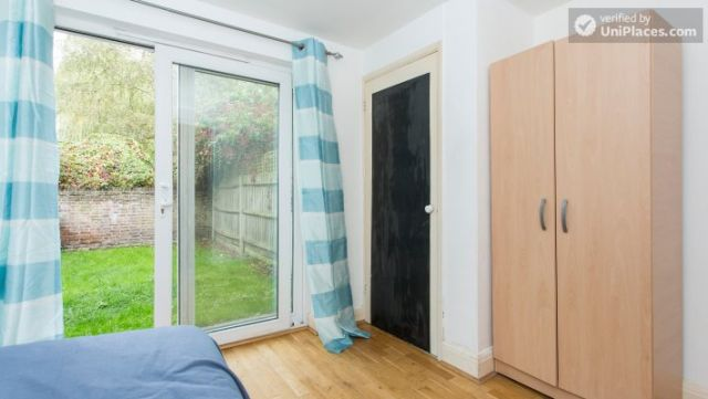 Double Bedroom (Room 1) - Refurbished 3-bedroom apartment in commercial White City 12 Image