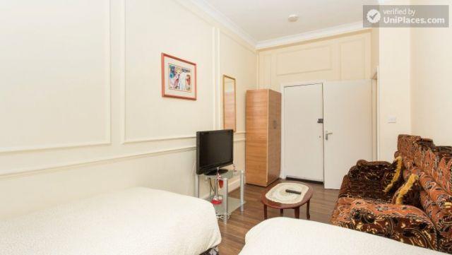 Double Bedroom (Room 1) - Cosy 2-bedroom apartment near Kensington Gardens 10 Image