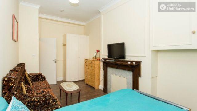 Double Bedroom (Room 1) - Cosy 2-bedroom apartment near Kensington Gardens 9 Image