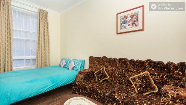 Double Bedroom (Room 1) - Cosy 2-bedroom apartment near Kensington Gardens 8 Image