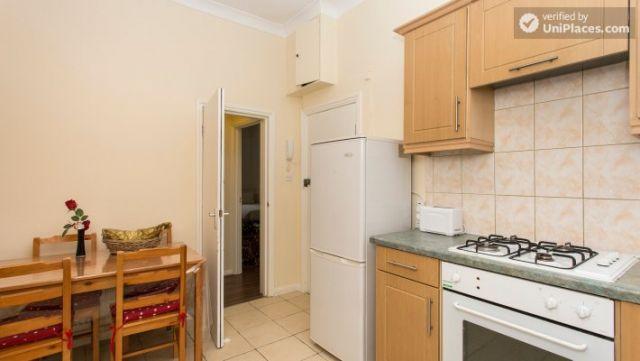 Double Bedroom (Room 1) - Cosy 2-bedroom apartment near Kensington Gardens 6 Image