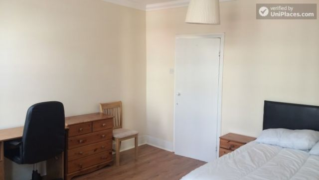 Single Bedroom (Room C) - Nice 5-bedroom house in well-connected Cubitt Town 12 Image