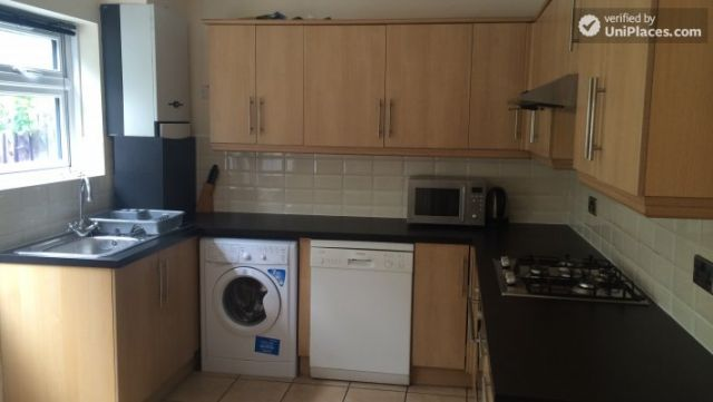 Single Bedroom (Room C) - Nice 5-bedroom house in well-connected Cubitt Town 6 Image