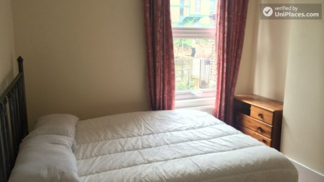 Single Bedroom (Room C) - Nice 5-bedroom house in well-connected Cubitt Town 10 Image