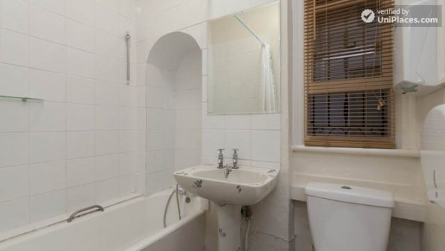Bunk Bedroom (Room 1) - Remarkable 3-bedroom apartment in a student residence in Earl's Court 12 Image