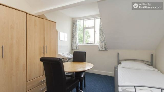 Bunk Bedroom (Room 1) - Remarkable 3-bedroom apartment in a student residence in Earl's Court 4 Image