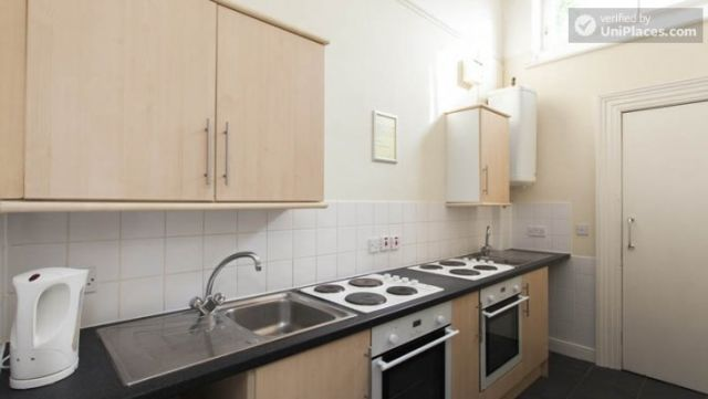 Bunk Bedroom (Room 3) - Awesome 3-bedroom apartment in a student residence in Earl's Court 10 Image