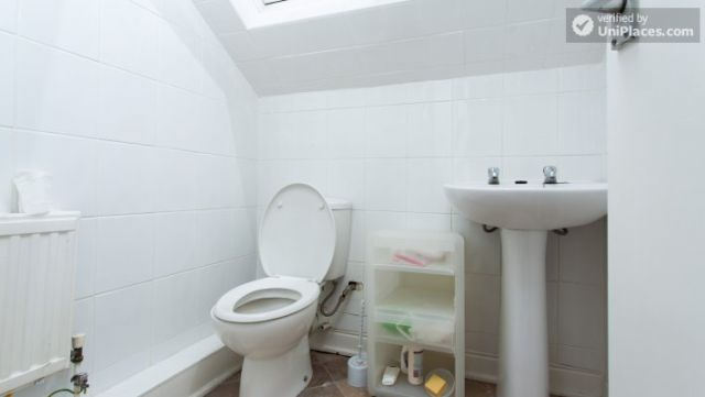Rooms available - Attractive 5-bedroom student house in Headingley, Leeds 11 Image