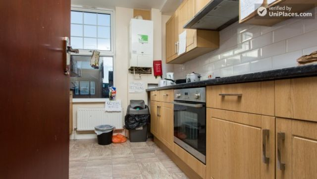 Rooms available - Attractive 5-bedroom student house in Headingley, Leeds 6 Image