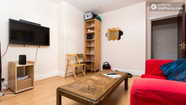 Rooms available - Attractive 5-bedroom student house in Headingley, Leeds 7 Image