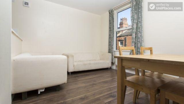 Double Bedroom (Room 3) - Charming 6-bedroom house in Headingley, Leeds 5 Image