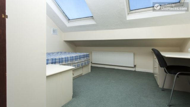 Double Bedroom (Room 3) - Charming 6-bedroom house in Headingley, Leeds 11 Image