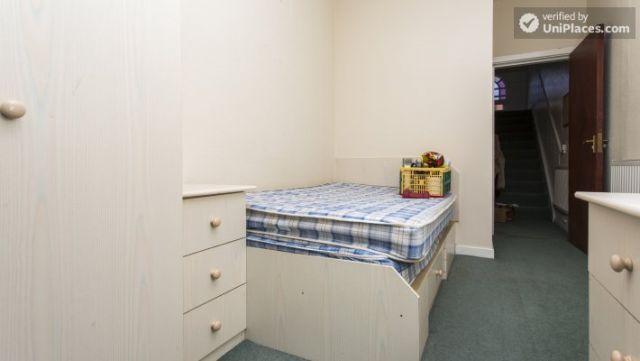 Double Bedroom (Room 3) - Charming 6-bedroom house in Headingley, Leeds 4 Image