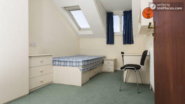Double Bedroom (Room 3) - Charming 6-bedroom house in Headingley, Leeds 12 Image