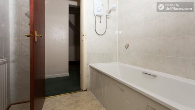 Single Bedroom (Room 5) - Inviting 5-bedroom house in Headingley, leeds 3 Image