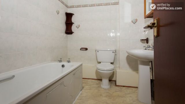 Single Bedroom (Room 5) - Inviting 5-bedroom house in Headingley, leeds 4 Image