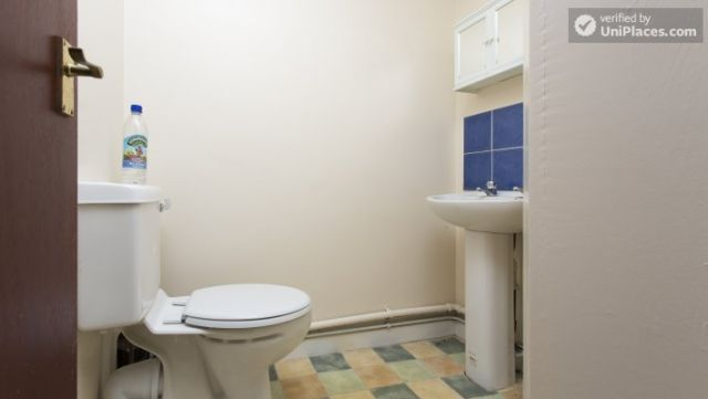Rooms available - 5-Bedroom student house in Headingley, Leeds 6 Image